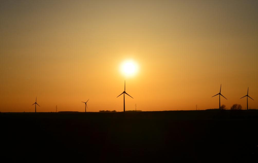 Sunset_over_wind_turbines_Arras