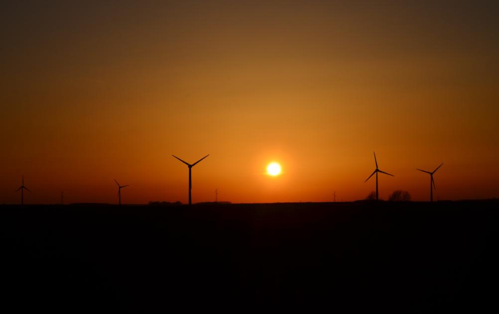 Sunset_over_wind_turbines_Arras_April_2015